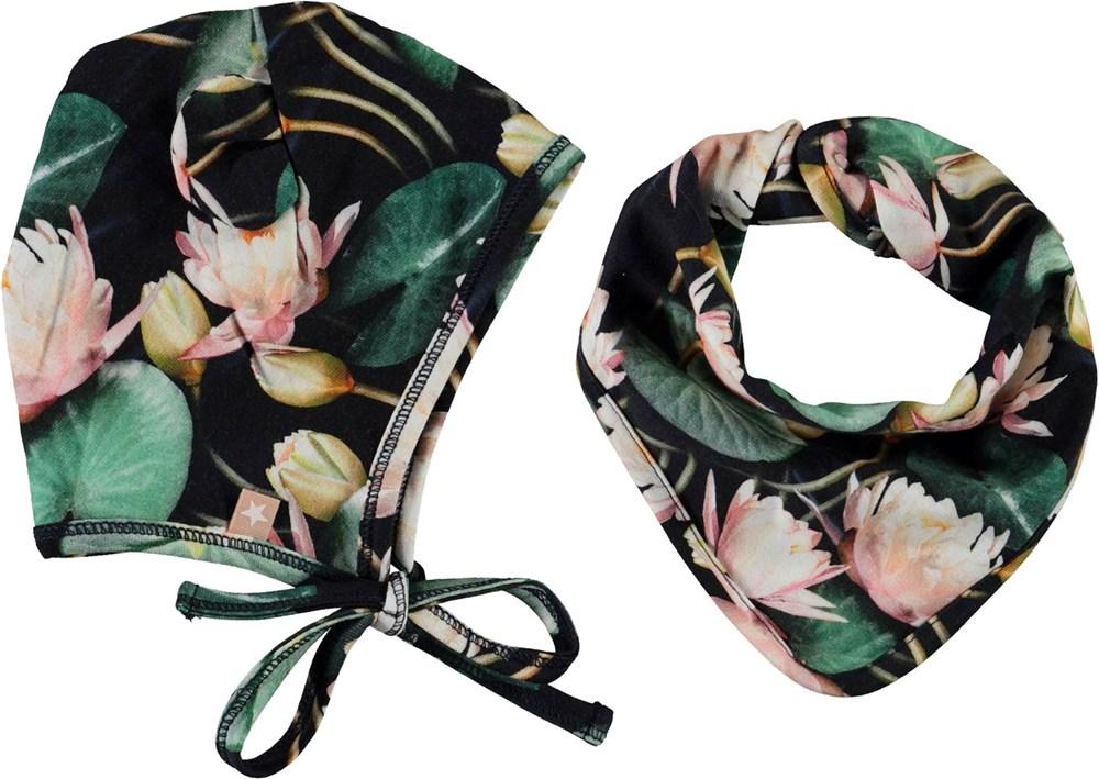 Nilo Hat and Bib Set - Water Lilies - Babymössa och hakklapp med näckrosor