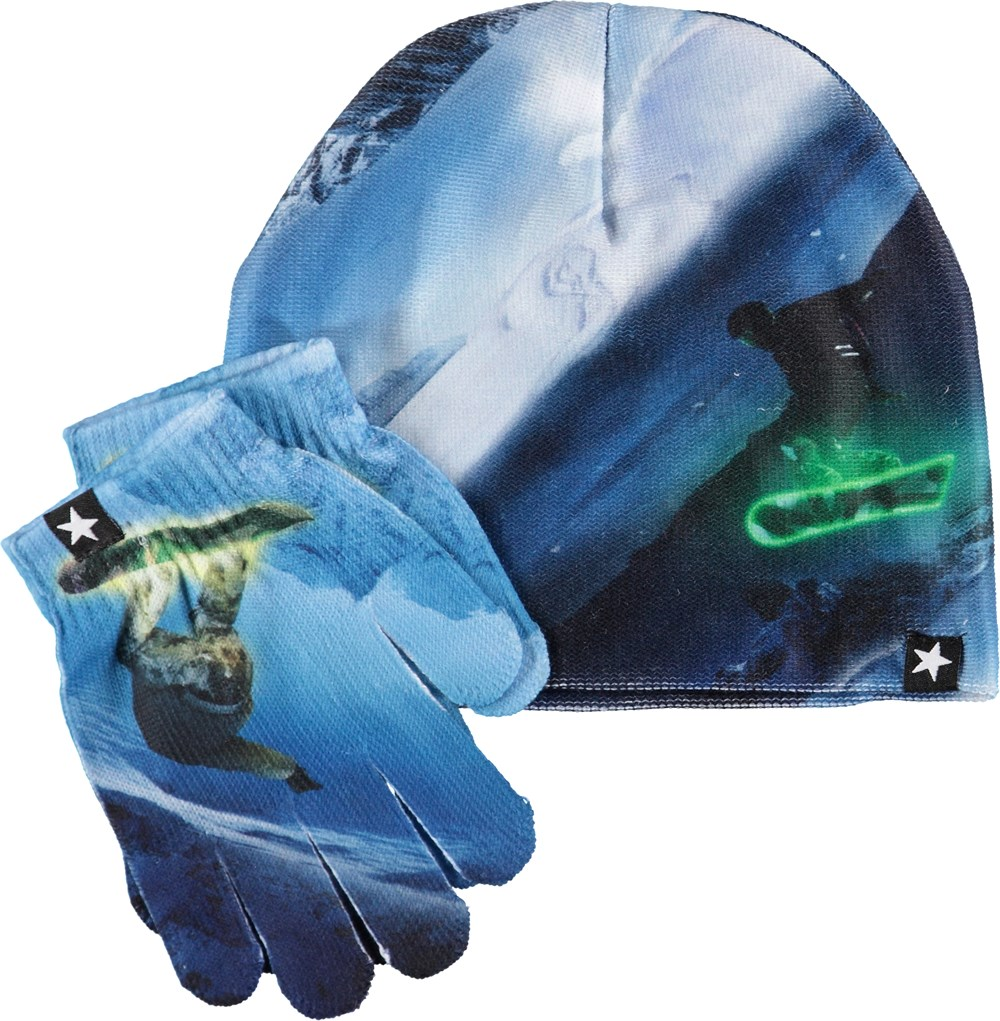 Kaya - Day And Night - Blue hat and gloves with snowboarders.