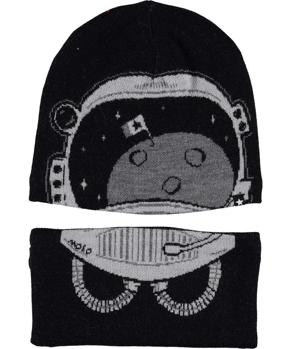 Kleo - Very Black - Black hat with infinity scarf.