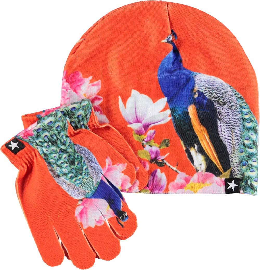 Kaya - Majestic Peacock - Rød hue og vanter med påfugle.