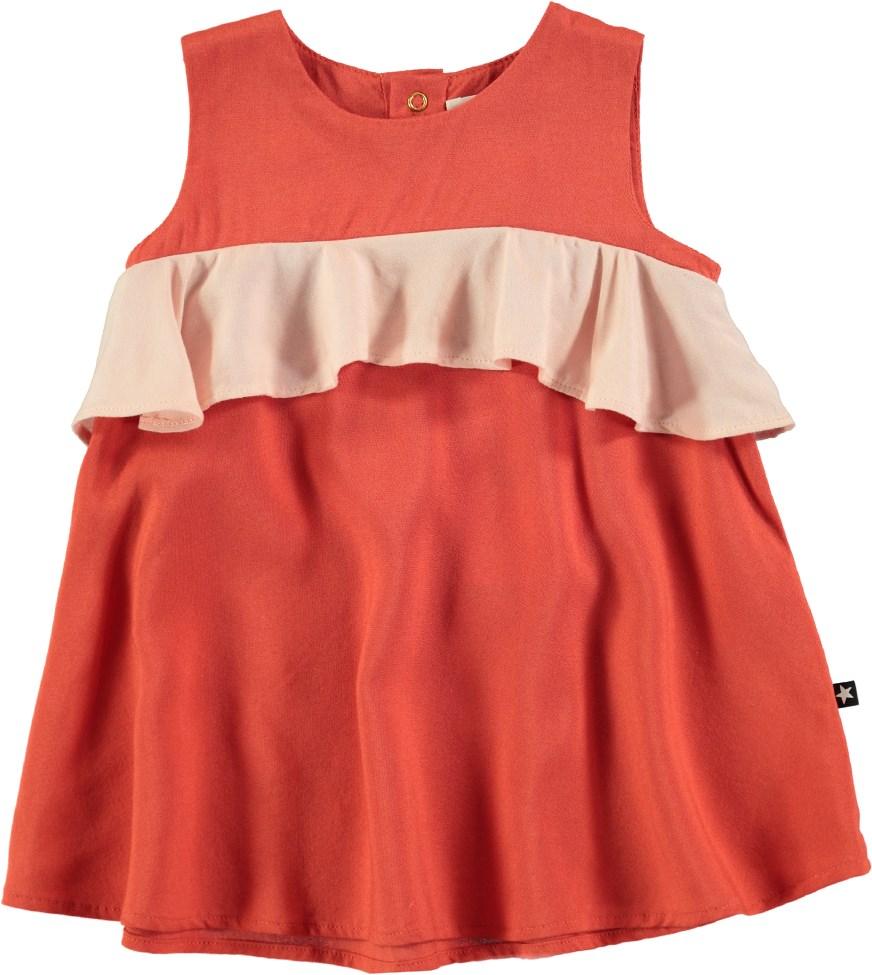 5b7b49161d82 Catja - Burnt Sienna - Bedårande röd baby klänning med volangkant - Molo
