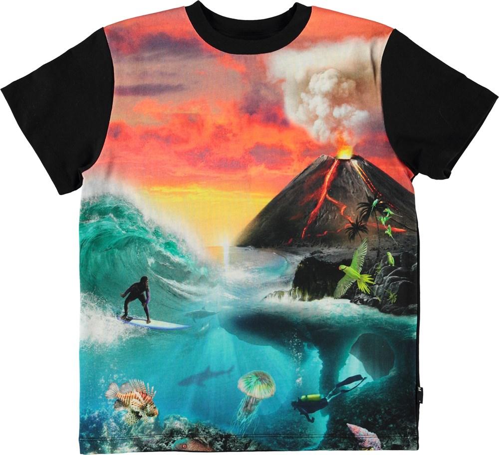 Roxo - Wild Island - Sort t-shirt med print af vulkan og surfer.