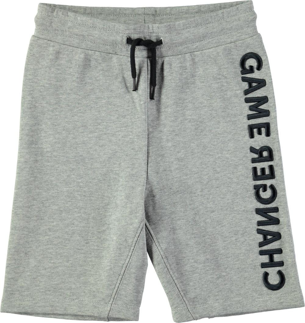 Aliases - Grey Melange - Knälånga grå sweatshorts med grafiska bokstäver