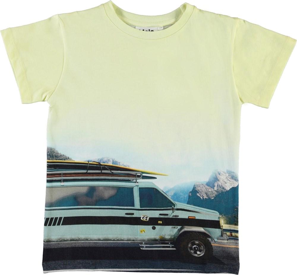 Raul - Road Trip - Ekologisk gul t-shirt med bil och surfbrädor